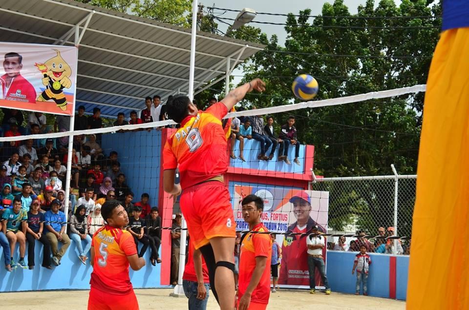 Pevoli Kota Padang melakukan smash ke arah tim Sijunjung pada pertandingan babak 8 besar.