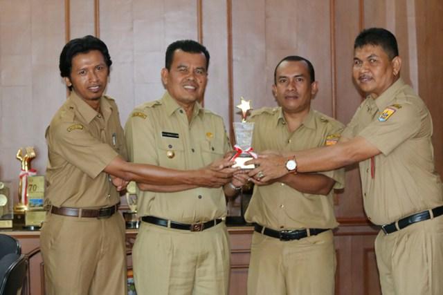 wako bersama kadis pertanian kepala puskeswan dan syaiful ahmad memegang piala juara 1 Paramedis Puskeswan berprestasi Tingkat Nasional
