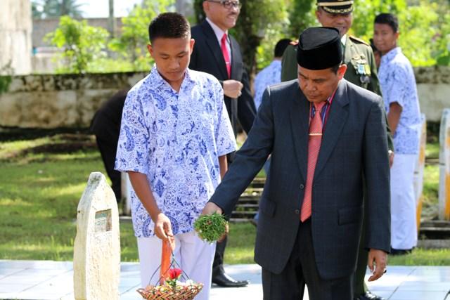 wako tabur bunga di taman makam pahlawan kusuma bangsa rawang dalam rangkaian perinatan hari pahlawan ke 71