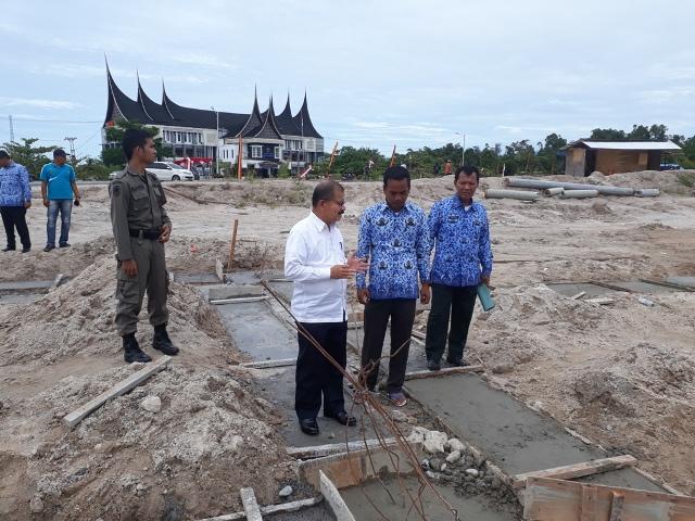 Bupati Ali Mukhni meninjau pembangunan di Kawasan Ibukota Kabupaten di Parit Malintang, Selasa (29/11)