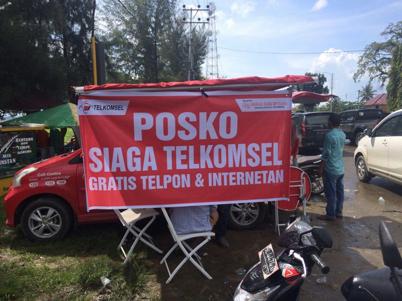 Posko siaga Telkomsel di lokasi gempa. elkomsel, menyediakan layanan telepon gratis,Internatan serta fasilitas charging HP gratis di lapangan kota Meureudu dan di Kec. Ulee Glee bagi korban gempa Aceh