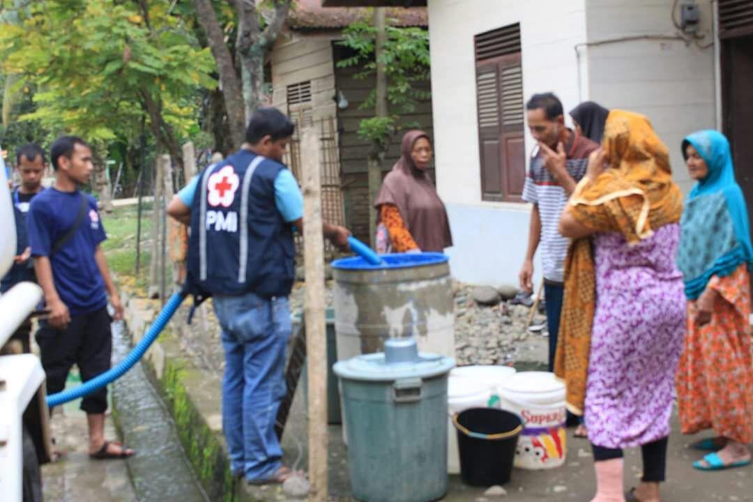 Pmi distribusi air bersih untuk korban gempa Aceh di lokasi pengunsian(*doc PMI).