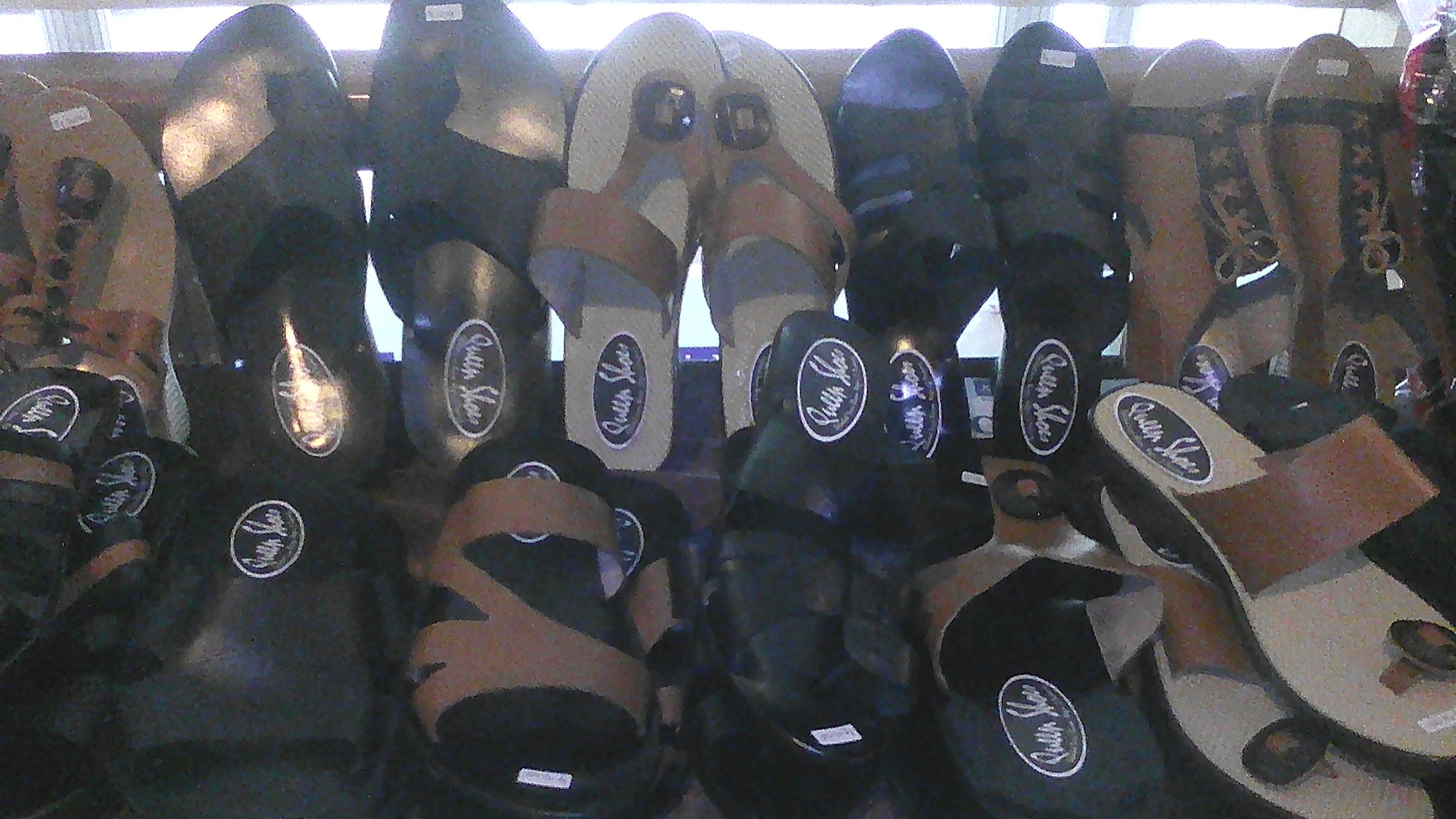 Siswa SLB di Padang produksi sendal kulit serta souvenir