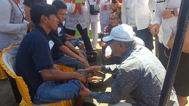 Yohei Sasakawa memeriksa dan melihat langsung kondisi salah satu penderita kusta di Padang Pariaman