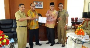 Ketua DPRD Kota Payakumbuh H. YB. Dt. Parmato Alam mengundang Pahlawan Pertanian, Joni Saputra yang Juara I Tingkat Nasional Lomba Ketahanan Pangan di Ruang Kerjanya.