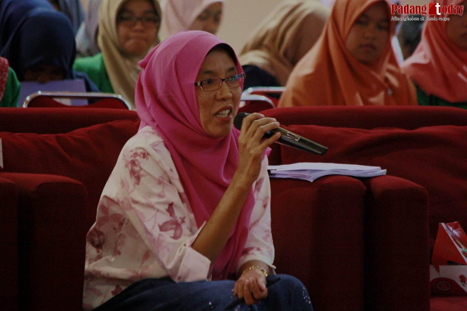 Sesi tanya-jawab, diajukan oleh salah satu dosen Politani Payakumbuh.