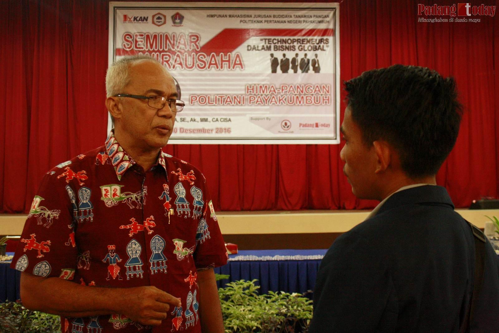 Dr. H. Kasman Arifin ZA berdiskusi dengan salah satu peserta seminar.