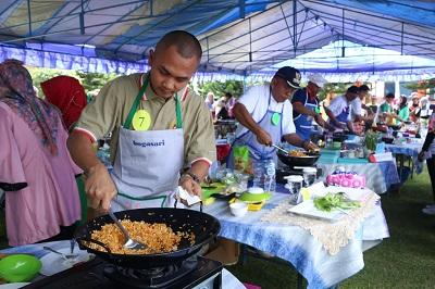Peserta dari Bataliyon 131 Brajasakti tengah mengaduk nasi goreng, dan yang bersangkutan ditetapkan sebagai pemenang lomba, di halaman balaikota, Kamis.