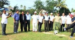 Plt. Walikota Priadi Syukur lakukan sepakan pertama sebagai pertanda dimulainya turnamen sepakbola dalam rangka HUT Kota Payakumbuh ke 46