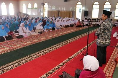 Ustd Salman dari Bukittinggi memberikan tausyiah kepada jamaah dalah peringatan Maulid Nabi yang digelar oleh PHBI bersama MTI dan Kelompok Yasin Payakumbuh di Masjid Istiqomah