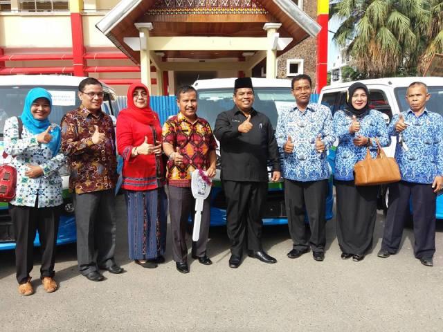 Wabup Suhatri Bur didampingi Kepala BPM Usman Mukhtar usai menerima bantuan MOLIN dari Kementerian PP dan PA yang diserahkan Gubernur Sumbar Irwan Prayitno di Halaman Kantor Gubernur di Padang, Kamis (15/12)