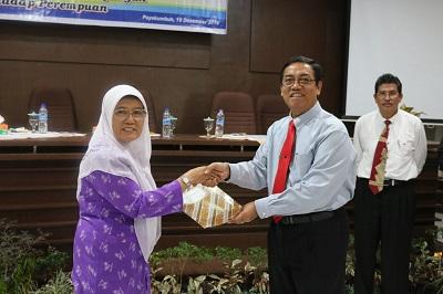 Yardek Asykaruddin, Ibu berprestasi di Payakumbuh, menerima penghargaan dari PLT Walikota Priadi Syukur dalam acara Hari Ibu 2016.