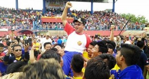 Bupati Limapuluh Kota Irfendi Arbi, digendong atas kemenangan sepakbola.