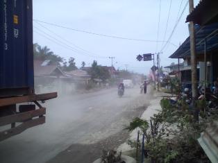Jalan Utama Pasar Sungai Limau Diselimuti Debu Tebal