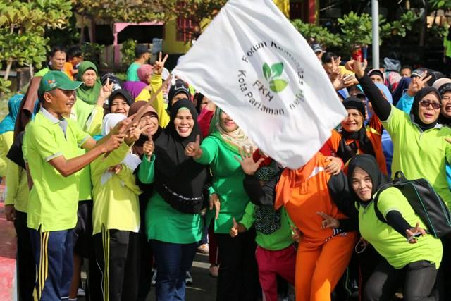 kabid tata ruang ferialdi mengangkat bendera start tanda dimulainya lomba jalan santai berhadiah fkh