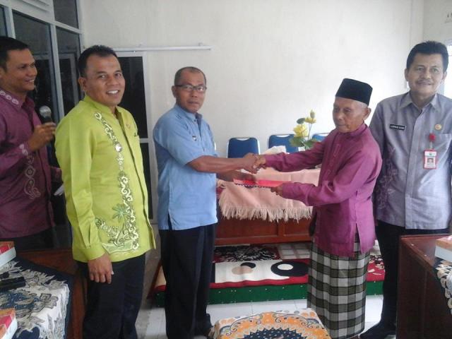 kepala desa bingo tanjung Kamili menerima MoU APBDesa dengan wakil ketua BPD desa bungo tanjung