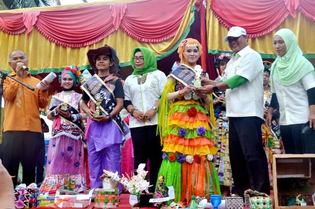 ketua FKH memberikan piala kepada pemenang the best kostum duta kota hijau