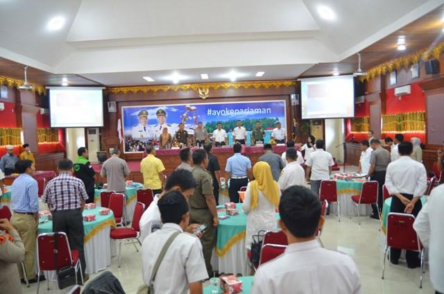 para undangan dan para peserta tim penanggulangan bencana menyayikan lagu indonesia raya