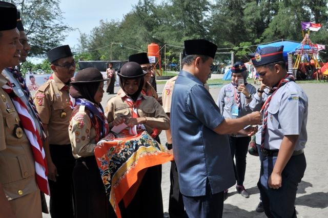 wako memasang tanda peserta kepada utusan simbolis dari pramuka malaysia