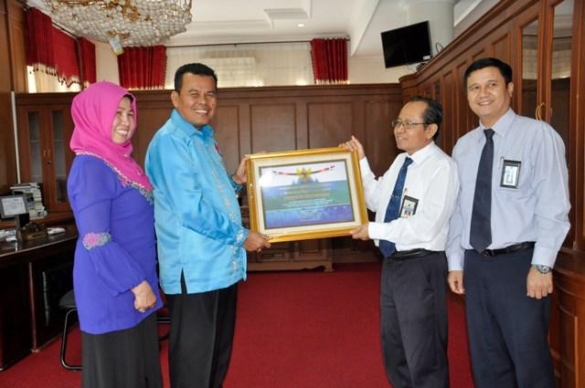 wako menerima penghargaan dari menteri keuangan atas laporan keuangan tahun 2015 dari dirjen pembendaharaan kemenkeu RI