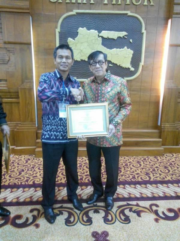 wawako menerima penghargaan dari menteri hukum dan ham ri2