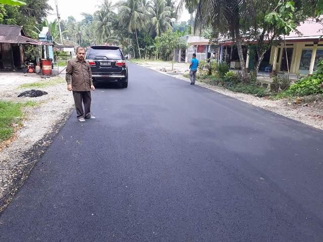 Bupati Ali Mukhni tinjau ruas jalan Padang-Kajai Hulu Banda Kec. V Koto Timur yang termasuk pada kegiatan DAK Khusus Tambahan Tahun 2016 baru-baru ini.