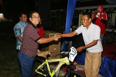 Plt. Walikota H. Priadi Syukur menyerahkan sepeda kepada THL Kebersihan, Hendri didampingi Pimcab BNI Yusrin.