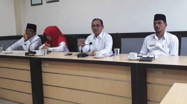 Sekdakab Padangpariaman pada saat mengelar rapat koordinasi dengan SKPD, Jumat 13-01-=2017 di Aula Kantor Biupati