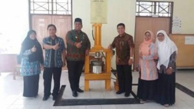 Wakil Bupati Padangpariaman, Suhatri Bur pada saat mengunjungi salah satu pengerajin sulaman di Padangparaiaman, Jum'at `13-01-2017