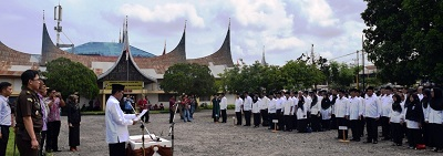 Bupati Limapuluh Kota, Irfendi Arbi, melantik dan mengukuhkan ratusan pejabat struktural jajaran Pemkab di halaman eks kantor bupati pusat Kota Payakumbuh, Kamis (29/12) siang.
