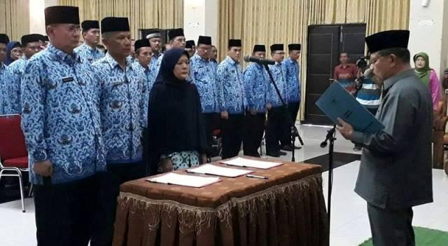 Bupati Padangpariaman Ali Mukhni Melantik Pejabat Struktural di Lingkungan Pemkab Padangpariman, Kamis 12-01-2017