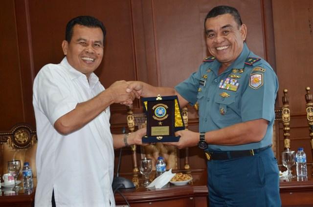 wako menerima cenderamata dari danlantamal II Padang Laksma Rudwin Thalib