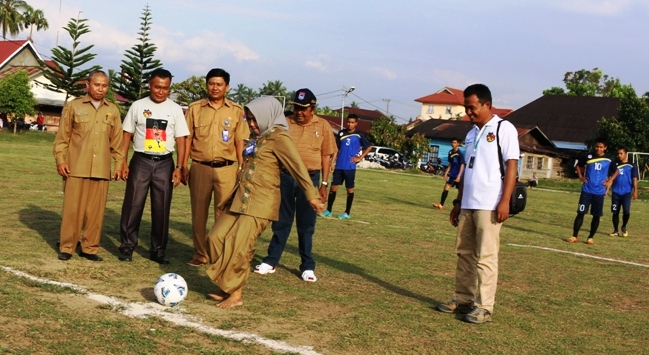 Kadis Dipaspora Elfriza Zaharman Menendang Bola Tanda Event Minangkabau Cup Dimulai