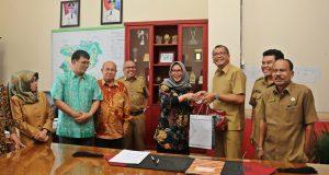 Wako Riza Falepi menerima goodie bag STP Sahid usai menandatangani MoU dengan STP Sahid dalam peningkatan SDM di bidang Pariwisata