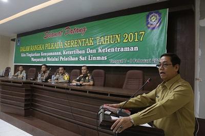 Plt. Walikota Priadi Syukur buka pembekalan bagi anggota Linmas dalam rangka Pilkada serentak, di Aula Lt. 3 Balaikota di Bukik Sibaluik.