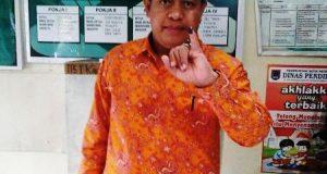 Setelah Menggunakan Hak Pilihnya, Ketua DPRD H. YB. Dt. Parmato Alam Menunjukkan Jari Kelingkingnya yang Sudah di Celup Tinta Ungu