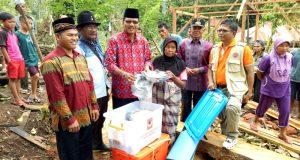 Bupati Irfendi Arbi menyerahkan bantuan bagi korban kebakaran rumah Nurani (60) di Jorong tarak Kenagarian Labuah Gunuang, Minggu (26/2).