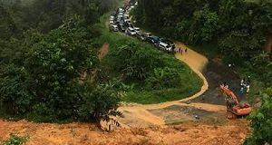 Lokasi longsor dan bajir di jalan raya Sumbar-Riau di Koto Alam kecamatan Pangkalan Koto Baru