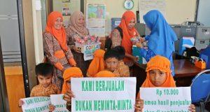 Murid PAUD Permata Bunda SKB Kota Payakumbuh kumpulkan dana untuk korban banjir pangkalan dengan berjualan coklat.