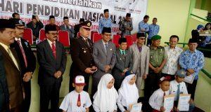 Para penerima Beasiswa BUNDA PEDULI secara simbolis bersama Bupati dan Wakil Bupati Kabupaten Limapuluh Kota beserta Forkopimda setempat.