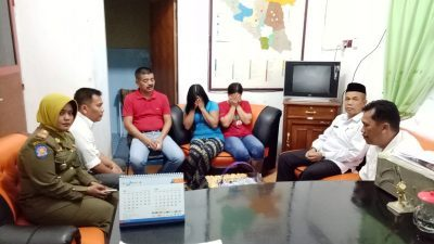 Kasatpol PP melakukan pemeriksaan PSK yang diamankan di kawasan Jalan Negara ruas Ulu Aia, Kamis (10/5)