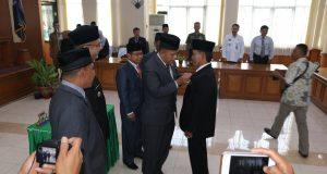 Aprizal disematkan pin anggota DPRD oleh Ketua DPRD H YB Dt Parmato Alam