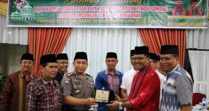 Bupati Limapuluh Kota Irfendi Arbi memberikan cenderamata kepada Direktur Pembinaan Masyarakat (Dirbinmas) Polda Sumbar Kombes Pol Nasrun Fahmi, SH, MH usai berbuka bersama di rumah dinas bupati