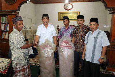 Kepala BNN Kota Payakumbuh Firdaus ZN serahkan bantuan Pemko Payakumbuh berupa 2 gulung karpet kepada pengurus masjid arruhamah Sungai Durian Latina.