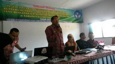 Rektor UNP Prof Ganefri sedang memaparkan makalahnya.