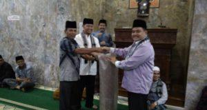 Sekdako Benni Warlis serahkan bantuan 2 gulung tikar shalat kepada pengurus Masjid Baiturrahim Padang Kaduduak yang diterima Nurdal.