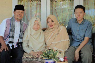 Zikra Amaliah kedua dari kiri diantara ayah ibu dan saudara laki-lakinya.