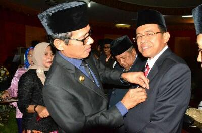 Prof Ganefri, Warga Kehormatan Kota Padang, Gubernur Sematkan Pin Emas