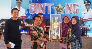 Wakil Bupati Ferizal Ridwan didampingi panitia menyerahkan piala Bintang Sains Padang TV kepada Sadriva Zalukhu, siswa kelas XI SMAN 1 Harau, juara 1 Bintang Sains Padang TV tingkat SMA di aula Kantor Bupati.