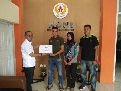 Ketua KONI Payakumbuh Yusra Maiza menyerahkan dana hibah Tahap 1 ke cabor Perbakin, Tarung Drajat, dan Taekwondo.